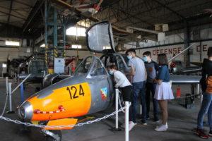jeunes très intéressés par le Fouga Magister
